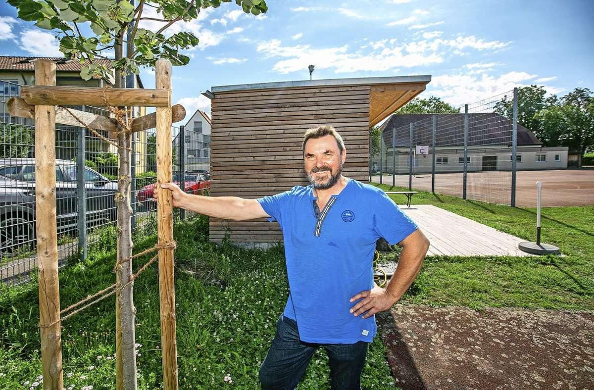 """Eine """"Beachbox"""", ein Geräteschuppen aus Holz: Der TV Hegensberg und sein erster Vorsitzender Hermann Beck setzen auf Nachhaltigkeit und Ökologie. Foto: Roberto Bulgrin"""