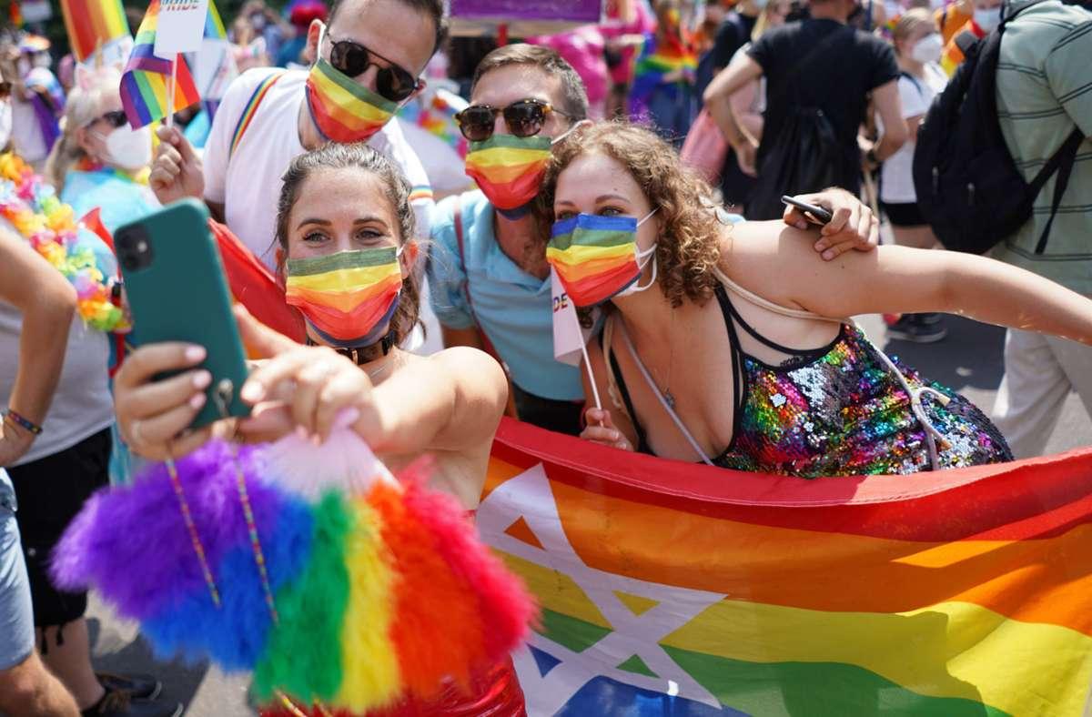 Viele der Feiernden trugen Mund-Nasen-Schutz in Regenbogenfarben. Foto: dpa/Jörg Carstensen