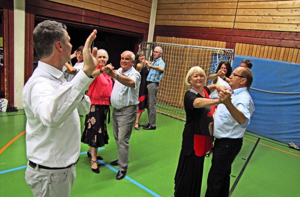 Der Tanzlehrer Martin Rittner trainiert die Paare im Standardtanz. Foto: Sascha Maier
