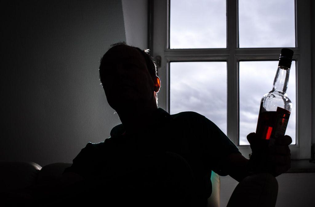 Frank, der eigentlich anders heißt, sagt von sich, dass er kein richtiger Alkoholiker sei. Nur jemand, der zu viel trinke. Foto: Lichtgut/Max Kovalenko