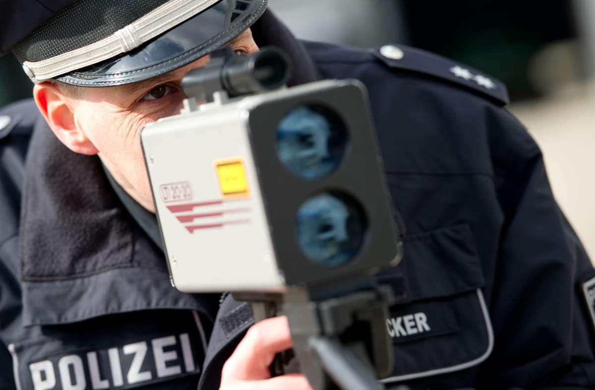Die Polizei kontrollierte am Freitagabend auf der B10 bei Stuttgart-Wangen die Geschwindigkeit. (Symbolbild) Foto: picture alliance / dpa/Sven Hoppe