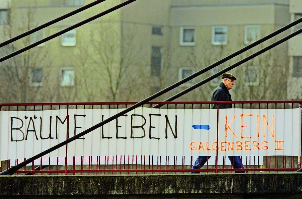 Vor rund 15 Jahren hat es Proteste gegen das Wohngebiet Galgenberg II in Waiblingen gegeben. Das  Foto aus unserem Archiv zeigt ein Banner  vom Januar 2001. Nun laufen  dessen Bewohner gegen eine eventuelle weitere Bebauung am Galgenberg II Sturm. Foto: Stoppel/Archiv