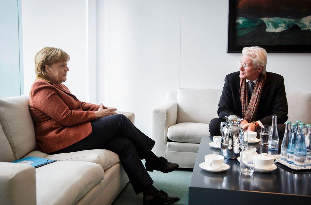 Bundeskanzlerin Angela Merkel (CDU) unterhält sich in Berlin mit US-Schauspieler Richard Gere über die Menschenrechtslage in Tibet. Die Bildergalerie zeigt, welche Promis Merkel in der Vergangenheit schon getroffen hat. Foto: Bundesregierung/dpa