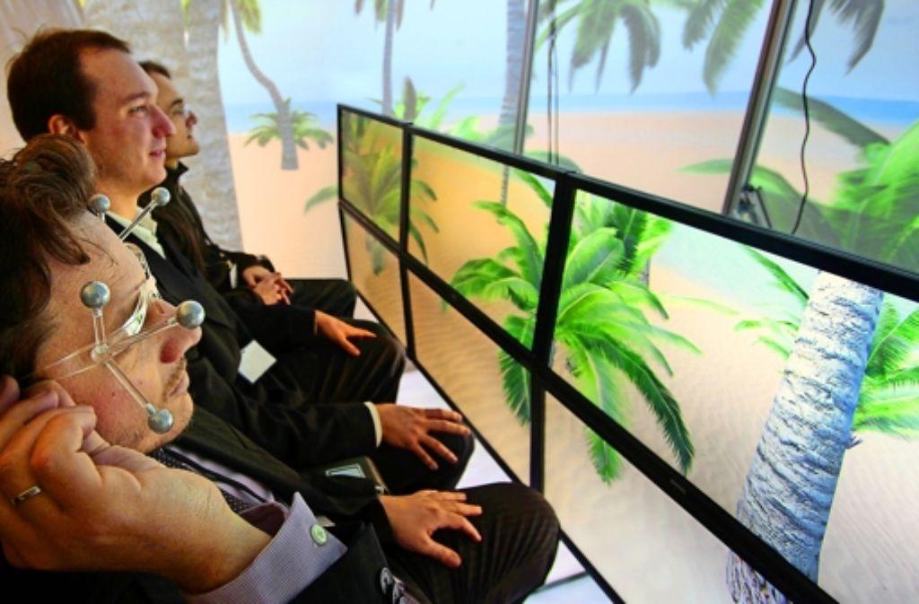 Ein Flugsimulator für Passagiere: Hier wird zum Beispiel getestet, ob man Turbulenzen besser erträgt, wenn man auf einen Palmenstrand blickt. Foto: factum/Granville