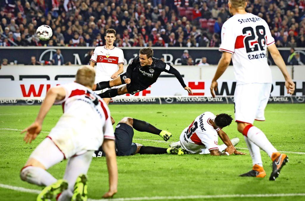 Die VfB-Profis sind zurzeit oft einen Schritt zu spät  – hier köpft Nikolai Müller (Mitte) zum 3:0-Endstand  für die klar überlegene Eintracht aus Frankfurt ein. Foto: Getty