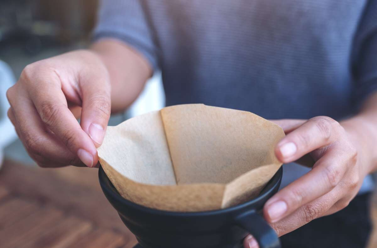 Erfahren Sie, warum man Kaffeefilter falten muss und wie Sie die Filter richtig falten. Foto: Farknot Architect / Shutterstock.com