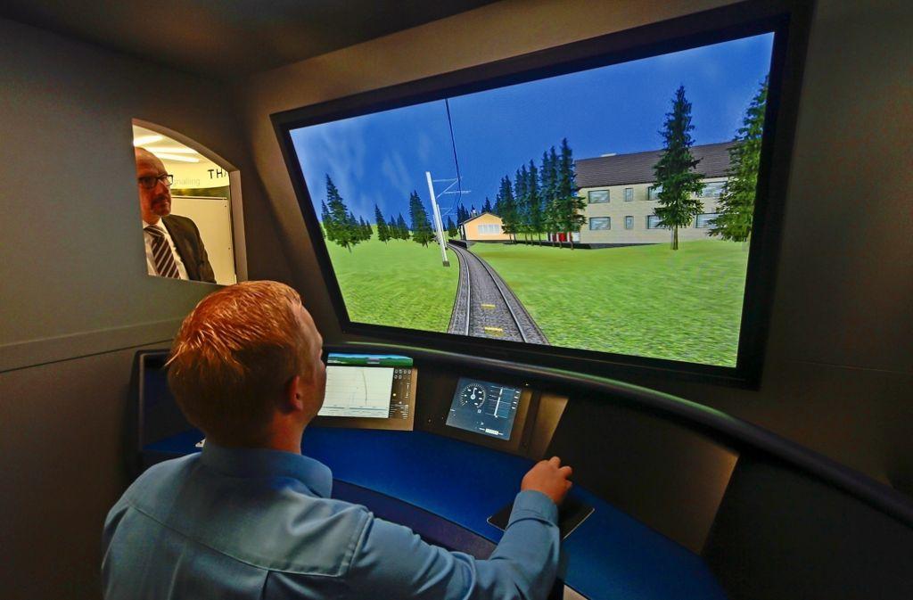 """Lokführer Christopher Kunze gibt """"Gas"""".Auf dem Bildschirm der mit ETCS Level 2  ausgerüsteten Strecke gibt es keine Signalmasten mehr. Foto:"""