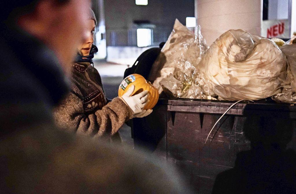 Die Lebensmittel werden von dem Paar aus dem Supermarkt-Abfallcontainer geholt.Foto:Lichtgut/Max Kovalenko Foto: