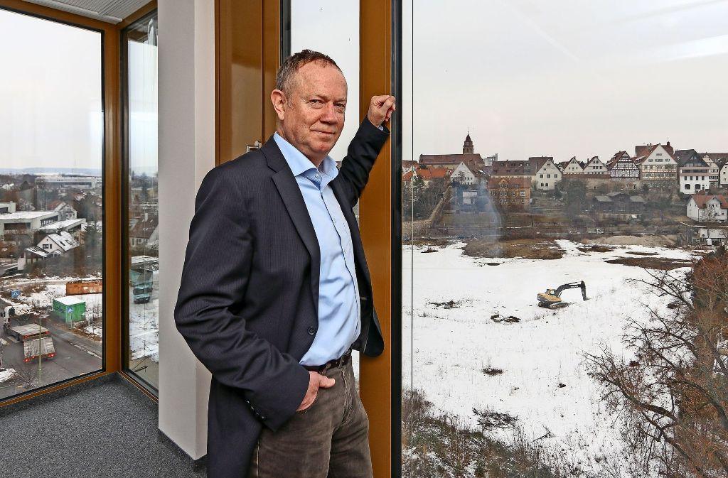 Von seinem neuen Büro aus blickt Klaus Brenner genau auf das Layher-Gelände und die Altstadt, die ihm besonders am Herzen liegt. Foto: factum/Granville