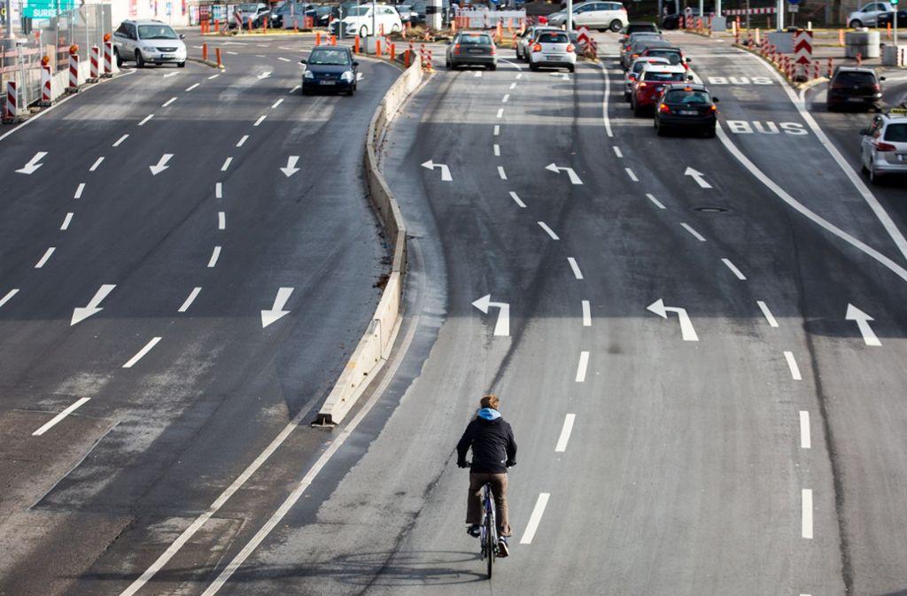 Während es für Autos viele Spuren gibt, mangelt es an Radwegen in Städten wie Stuttgart. Foto: dpa