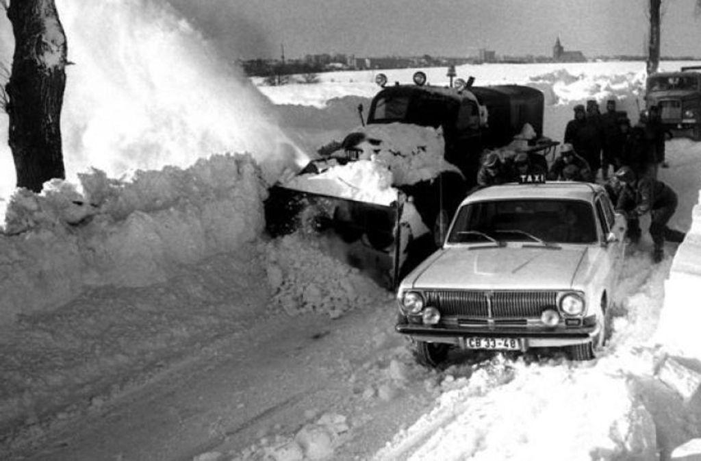 Liegengebliebene Autos in Neubrandenburg. Foto: dpa
