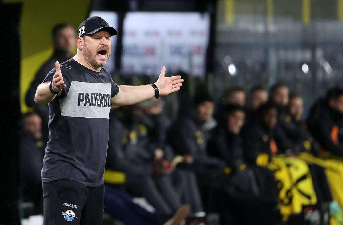 Paderborns Trainer Steffen Baumgart versteht die Fußballwelt nicht mehr. Foto: /Joachim Bywaletz