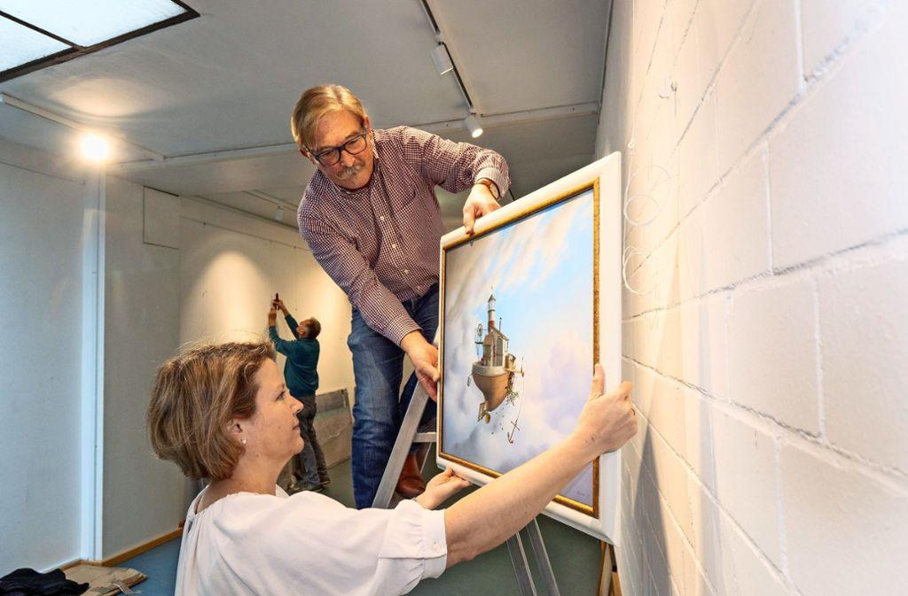 Joachim Lehrer und  Elena Hocke richten die Ausstellung ein. Foto: factum/Andreas Weise