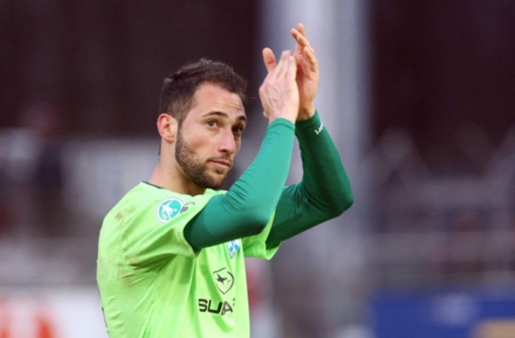 Marco Calamita jubelt – der Kickers-Stürmer erzielt den Siegtreffer zum 1:0 im Drittliga-Derby. Foto: Baumann