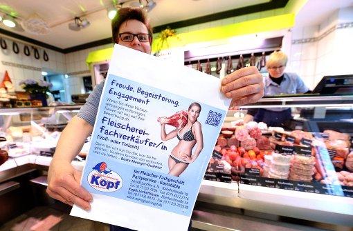 Metzgerin buhlt nun auf Mega-Plakat mit Bikini-Girl um Mitarbeiter