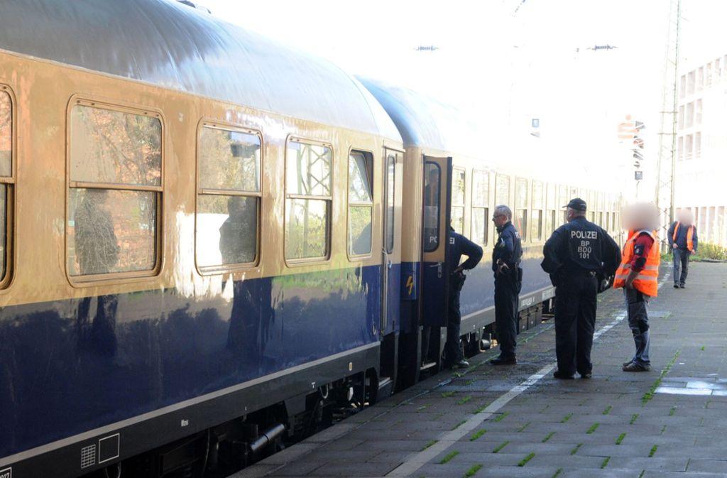 Beamte durchsuchen den Zug. Foto: dpa