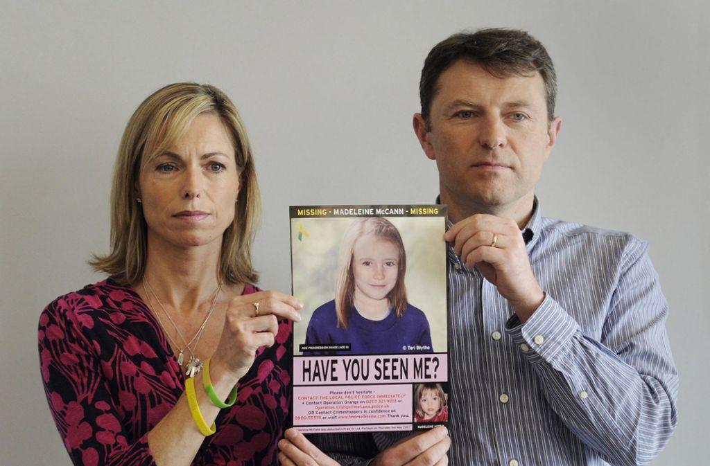 Vor zwölf Jahren verschwand die vierjährige Madeleine McCann aus einer Ferienanlage in Portugal. Auf dem Foto sieht man die Eltern Kate und Gerry McCann mit einem Fahndungsfoto, auf dem das Mädchen älter gemacht wurde und sie im Alter von neun Jahren zeigt. Foto: dpa