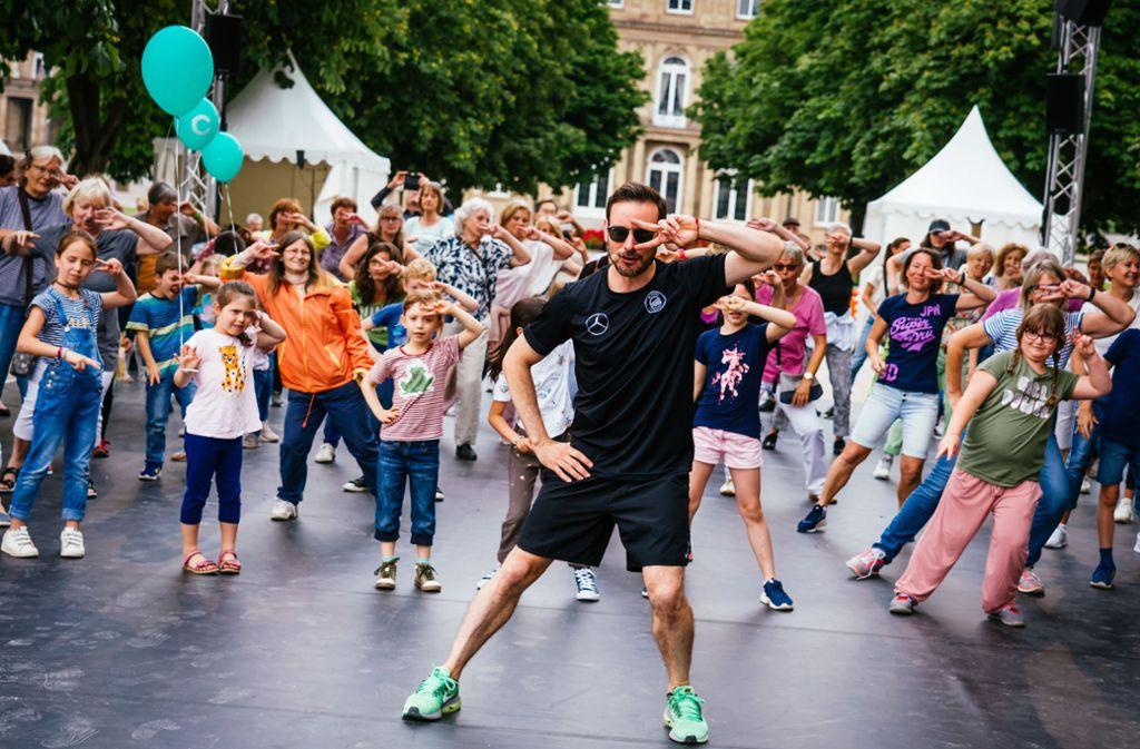 Bitte mittanzen! Eric Gauthier bringt am Colours-Playground auf dem Schlossplatz die Stadt in Bewegung. Foto: Simon Wachter