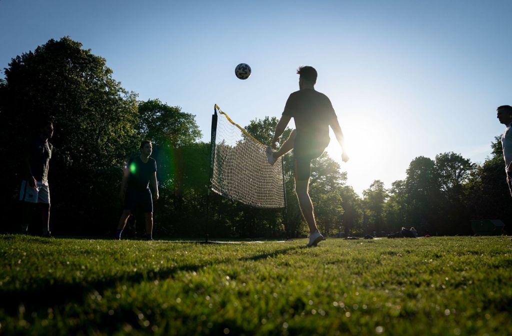 Bald dürfen Freizeit-Kicker wieder gegen den Ball treten. Foto: dpa/Kay Nietfeld
