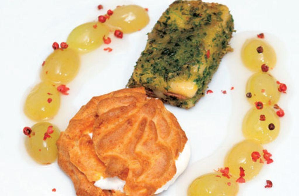 Cordon bleu vom Greyerzer im Petersilienmantel an Windbeutel vom Emmentalerkäse mit Moscato-Trauben Foto: Verlagsedition netzwerk