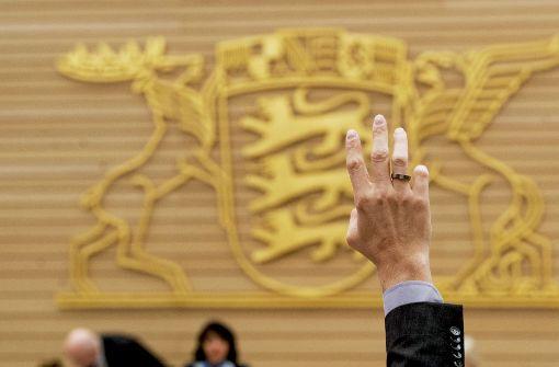 Handzeichen im Landtag: erst gegen die Staatspension, dann wieder dafür Foto: dpa
