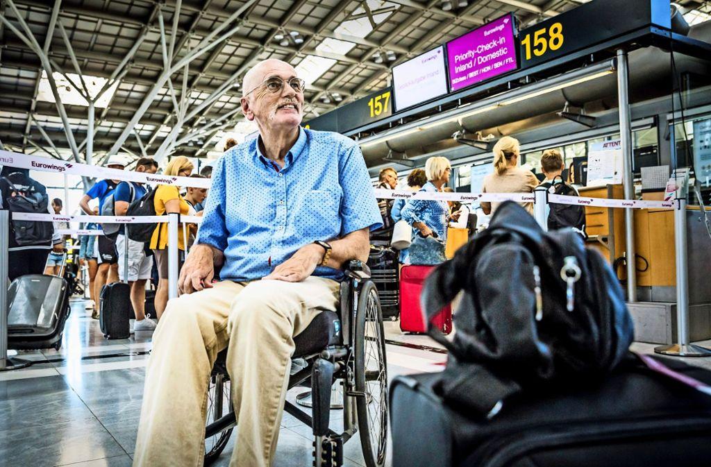 Wolfgang Wolf auf dem Flughafen Stuttgart: Noch einmal wird er mit Eurowings fliegen – das Ticket für den zweiten Flug ist ja auch schon lang gekauft. Foto: Lichtgut/Julian Rettig