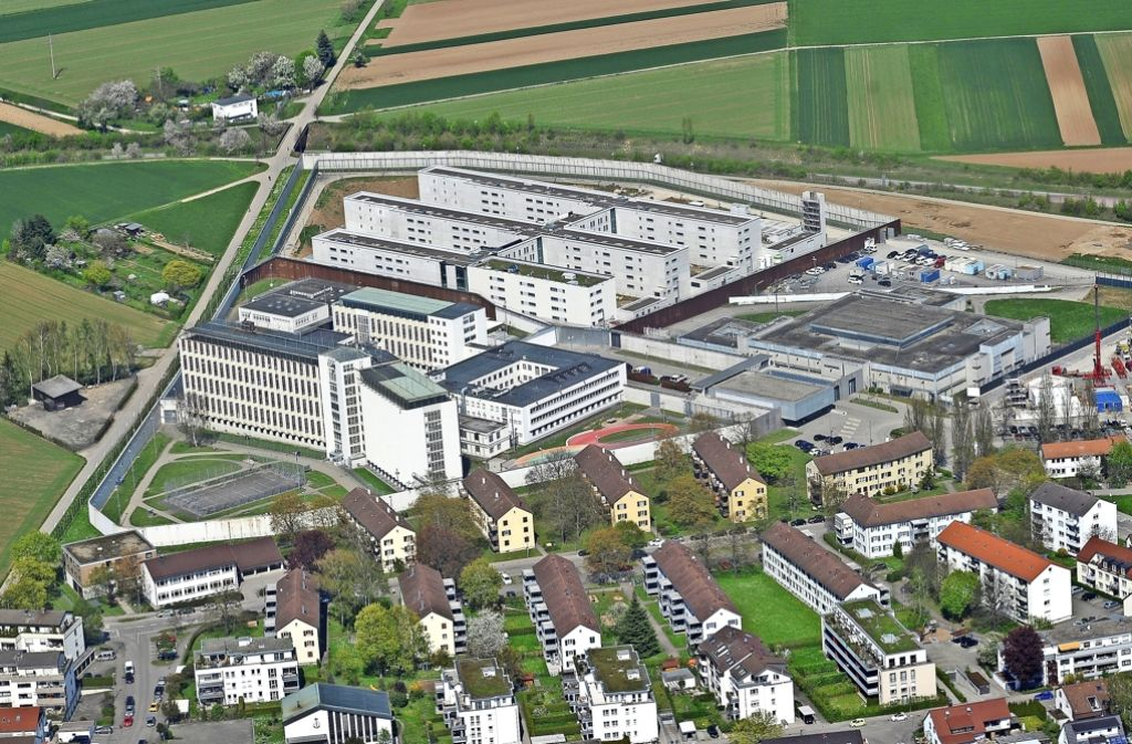 Rund 740 Insassen leben hinter den   Gefängnismauern an der Asperger Straße 60. Auch ihnen will der Förderverein helfen. Foto: Werner Kuhnle