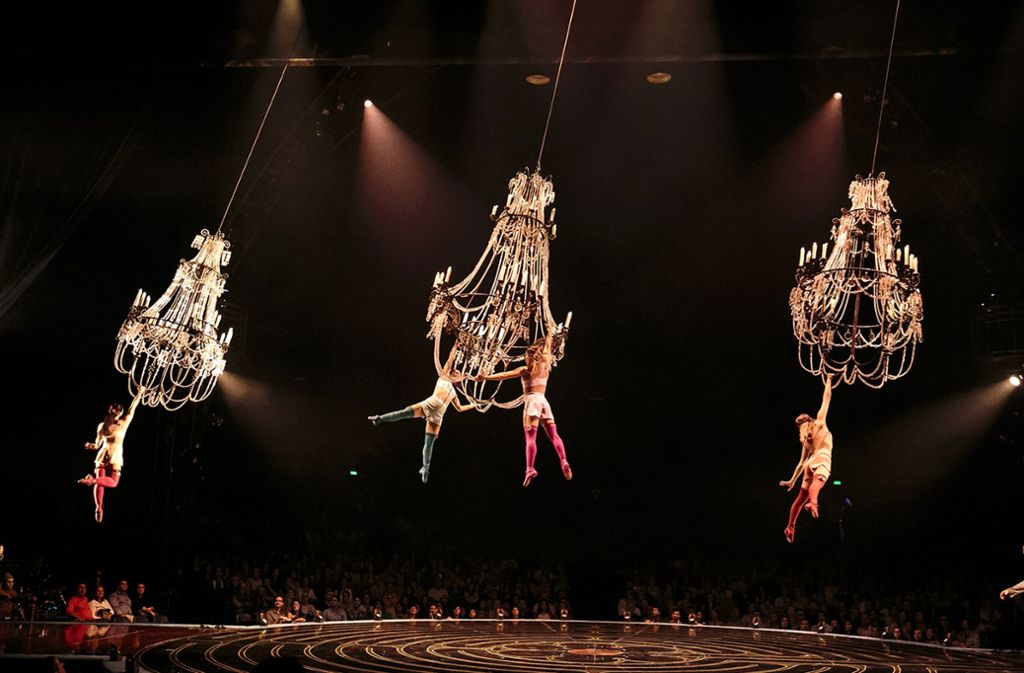 Ein Programm wie ein Kindertraum: An Kronleuchtern kreiseln die Engel über dem Publikum.Foto:Lucas Saporiti Foto: