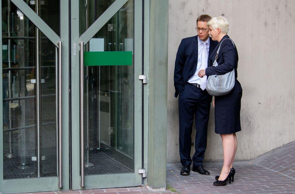 Anja Sturm und Wolfgang Heer, Pflichtverteidiger von Zschäpe, unterhalten sich am Eingang zum Oberlandesgericht. Foto: dpa