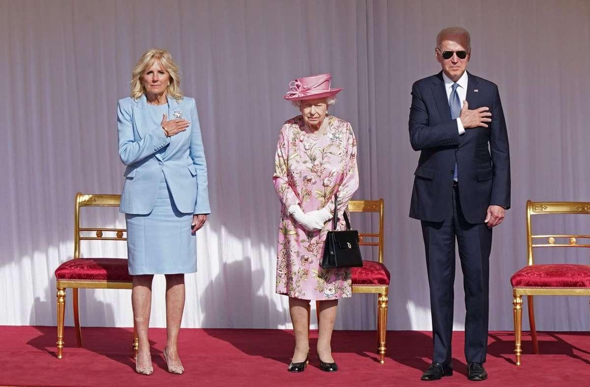 Joe Biden und seine Ehefrau Jill nehmen Queen Elizabeth II. in die Mitte. Foto: dpa/Arthur Edwards