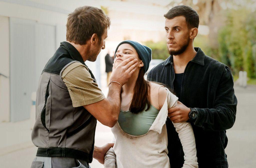 Nathalie (Jasna Fritzi Bauer) wird von zwei Männern (François-Dominique Blin, li., und Amin Azzouz) bei einem Einbruch erwischt. Foto: ARD Degeto/Francois Lefebvre