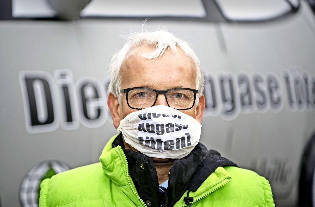 DUH-Chef Jürgen Resch demonstriert gegen die Verschmutzung durch Dieselmotoren. Foto: dpa