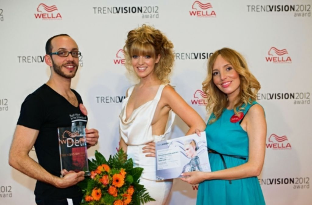 Assistent Davide Florio, Viktoria Kovalev (rechts),  und ihr Modell Monique Cavallero freuen sich über die Auszeichnung. Foto: Rebecca Anna Fritzsche