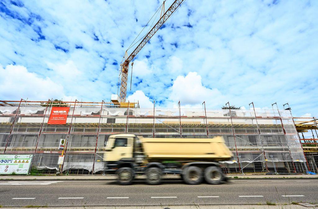 An der Stuttgarter Straße in Leinfelden wird derzeit schon gebaut. Hier entsteht geförderter, also günstigerer Wohnraum. Foto: Thomas Krämer