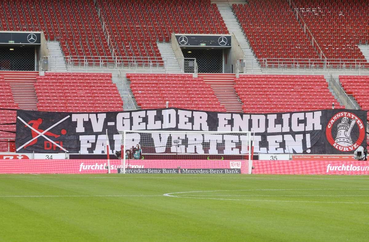 Ein Transparent vor der Cannstatter Kurve des VfB Stuttgart forderte beim Spiel gegen Eintracht Frankfurt die faire Verteilung von TV-Geldern (Archivbild). Foto: Pressefoto Baumann/Hansjürgen Britsch