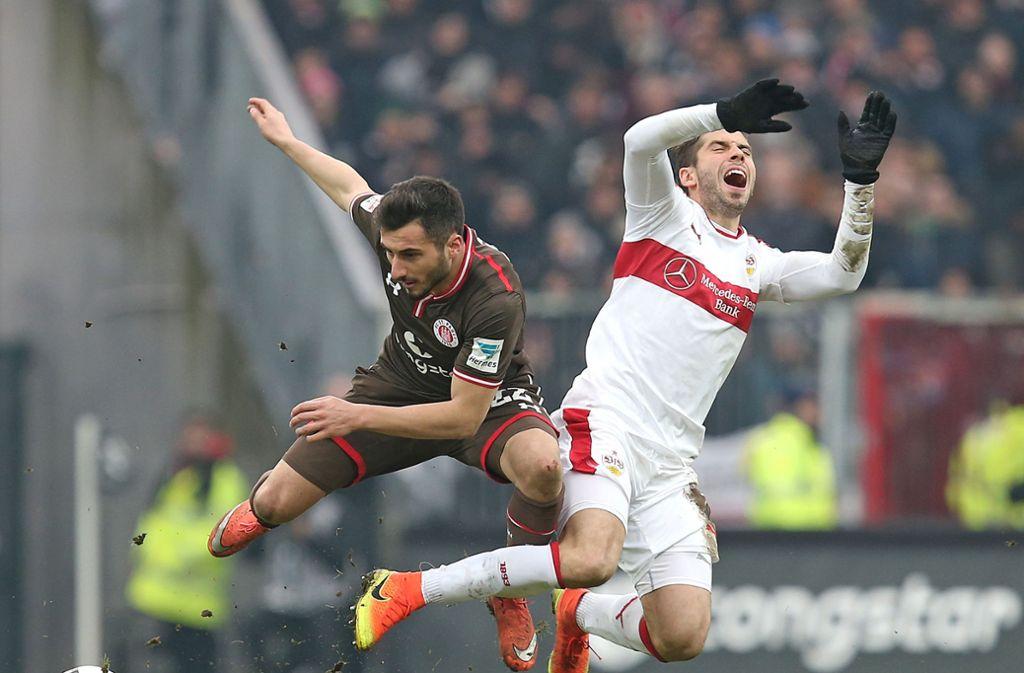 Cenk Sahin (links) vom FC St. Pauli bei der Partie gegen den VfB. Foto: Pressefoto Baumann/Cathrin Müller