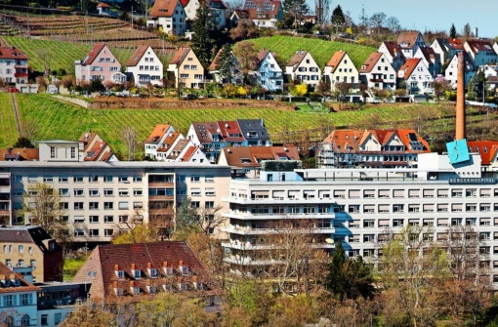 In das   Hauptgebäude des Bürgerhospitals in Stuttgart   sollen Flüchtlinge ziehen. Foto: Horst Rudel