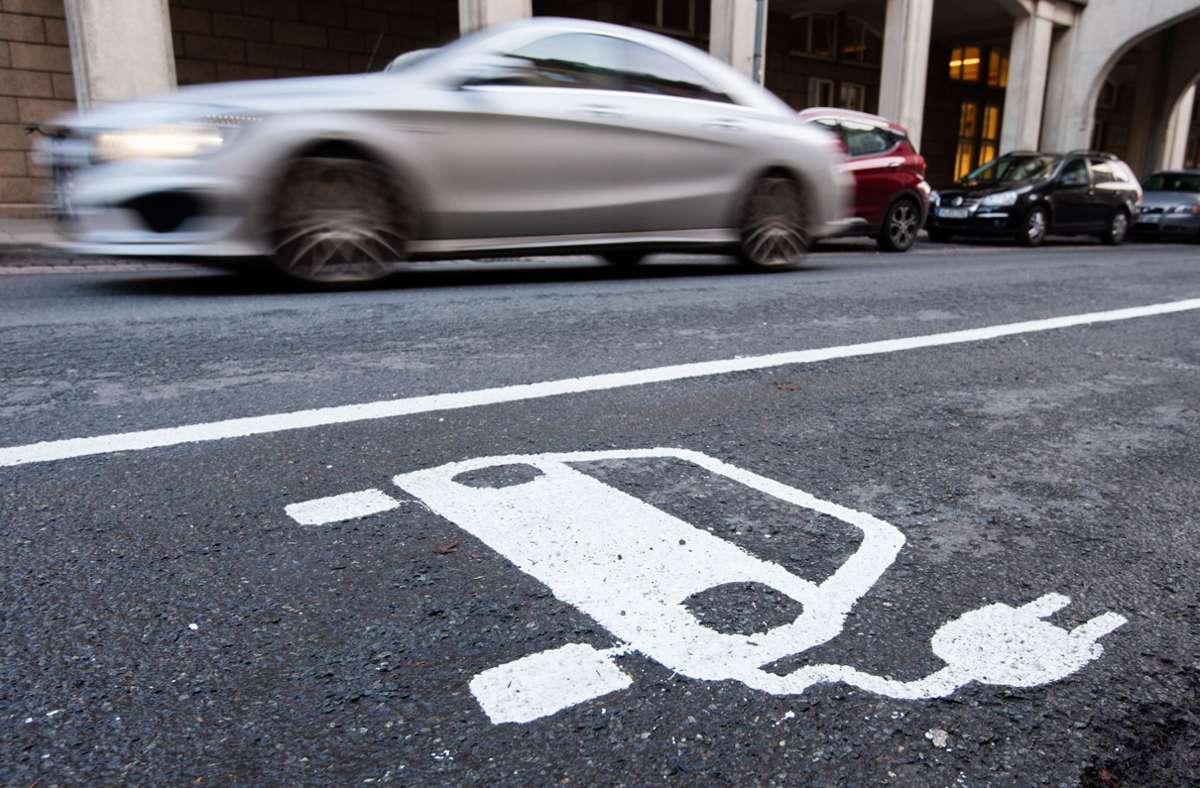 Wer größere Strecken mit dem Elektroauto unterwegs ist, braucht auch  öffentliche Ladestationen. Foto: dpa/Julian Stratenschulte
