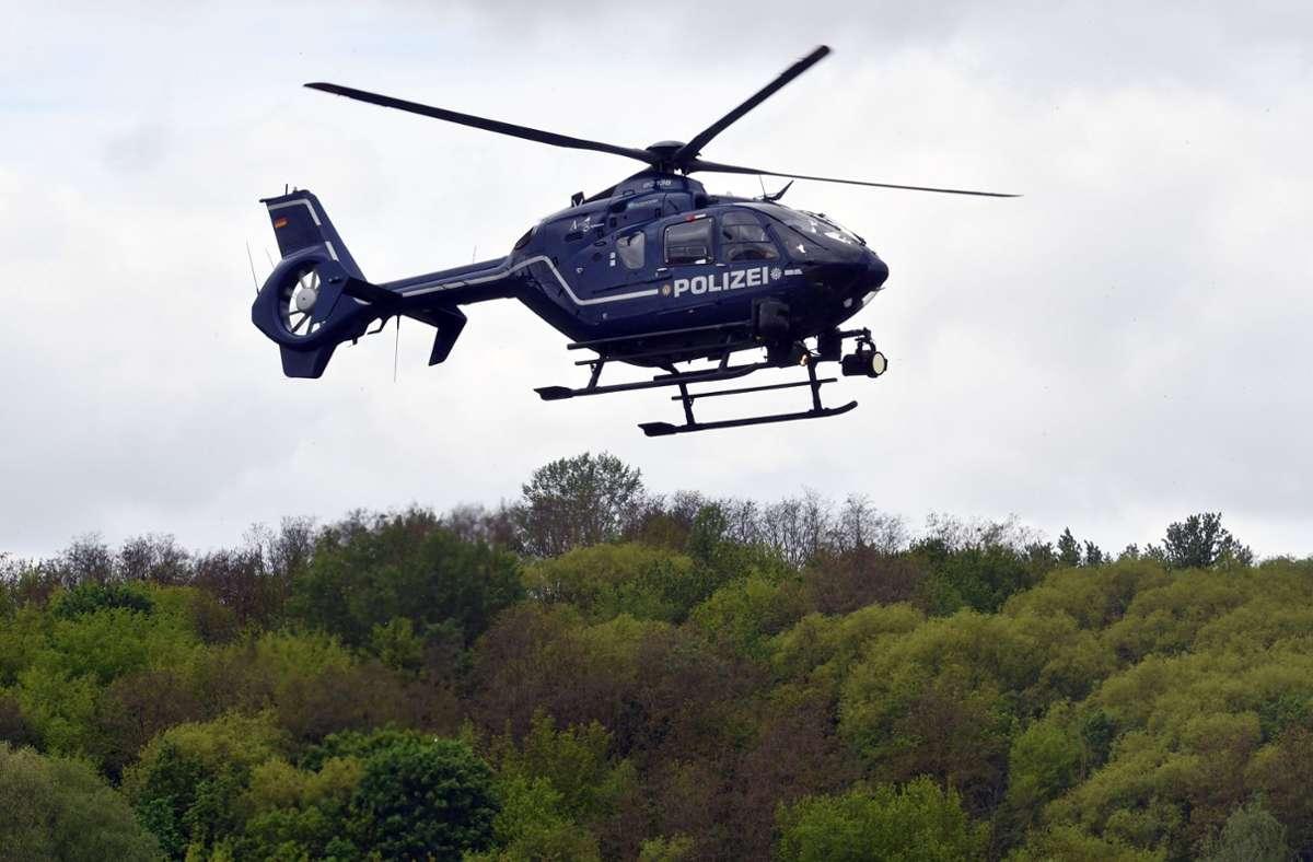 Die Polizei suchte nach dem Überfall auch mit einem Hubschrauber. (Symbolfoto) Foto: picture alliance / Paul Zinken/d/Paul Zinken