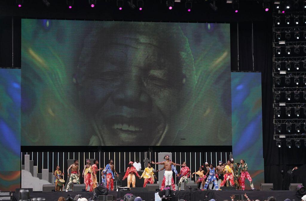 Sänger Usher ist beim Gedenkkonzert für den verstorbenen ehemaligen Präsidenten von Südafrika, Nelson Mandela, in Johannesburg aufgetreten. Foto: Getty Abo