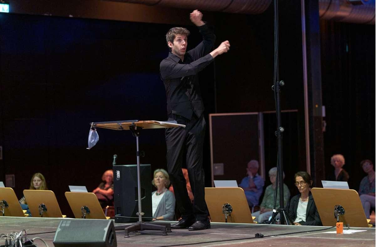 Yuval Weinberg bringt zeitgenössische Chormusik auf so spielerische wie zupackende Weise dem Publikum nahe. Foto: Klaus J.A. Mellenthin