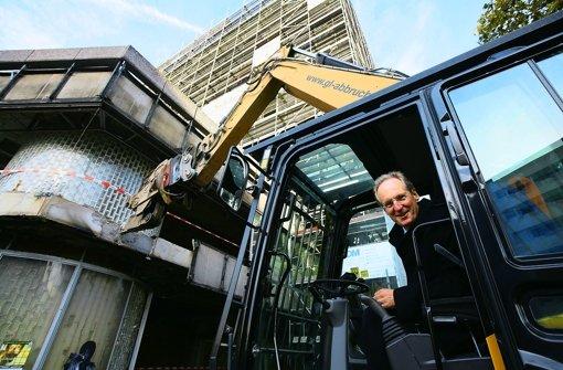 Weg mit dem Versatel-Gebäude: OB Schuster bei der Arbeit. Die wichtigsten Stationen in Schusters Karriere sehen Sie in der folgenden Bilderstrecke. Foto: Achim Zweygarth