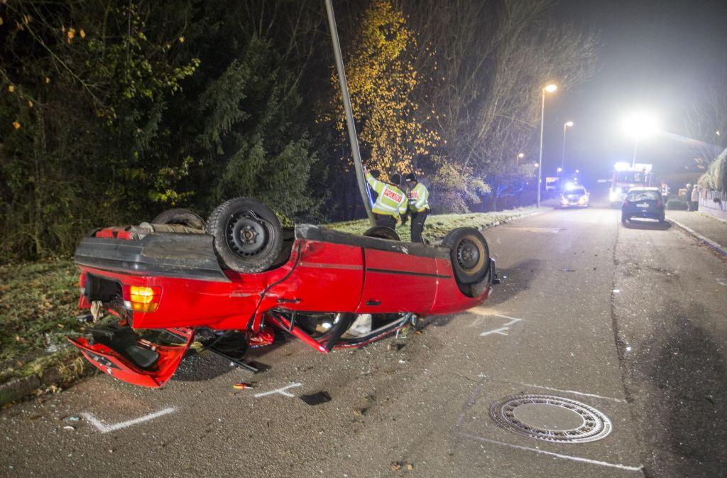 Der BMW lag nach dem Unfall auf dem Dach. Foto: 7aktuell.de/Simon Adomat