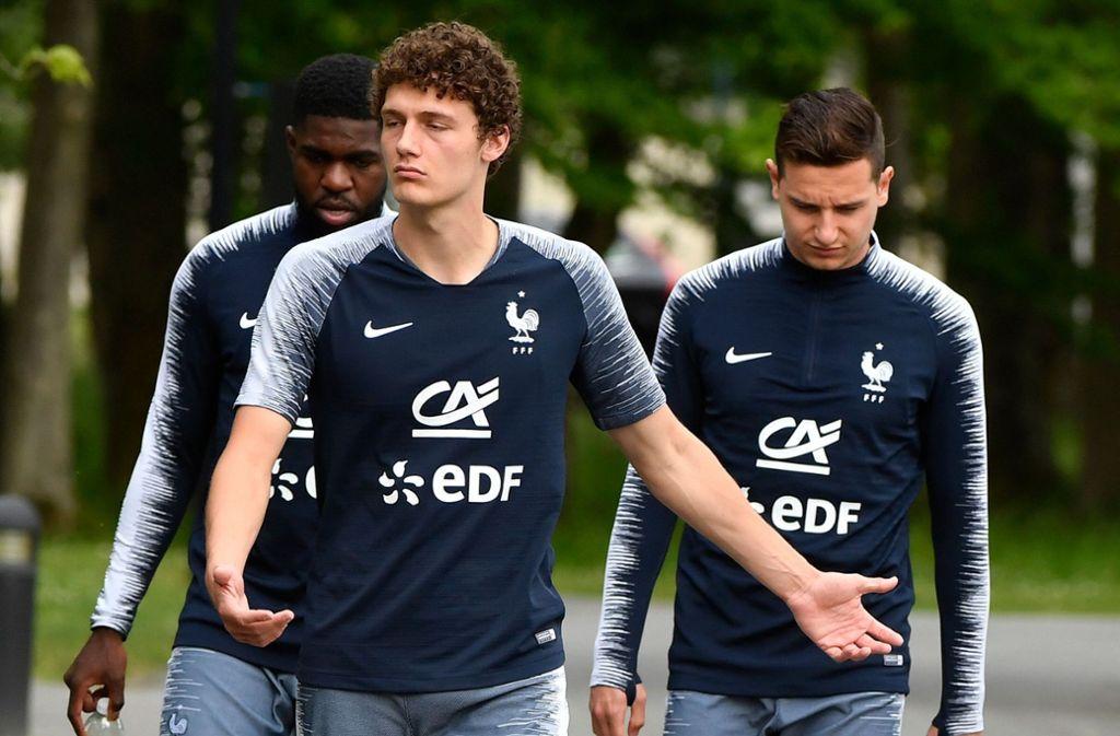 Benjamin Pavard vom VfB Stuttgart (Mitte) bereitet sich derzeit mit der französischen Nationalmannschaft auf die WM 2018 in Russland vor. Foto: AFP