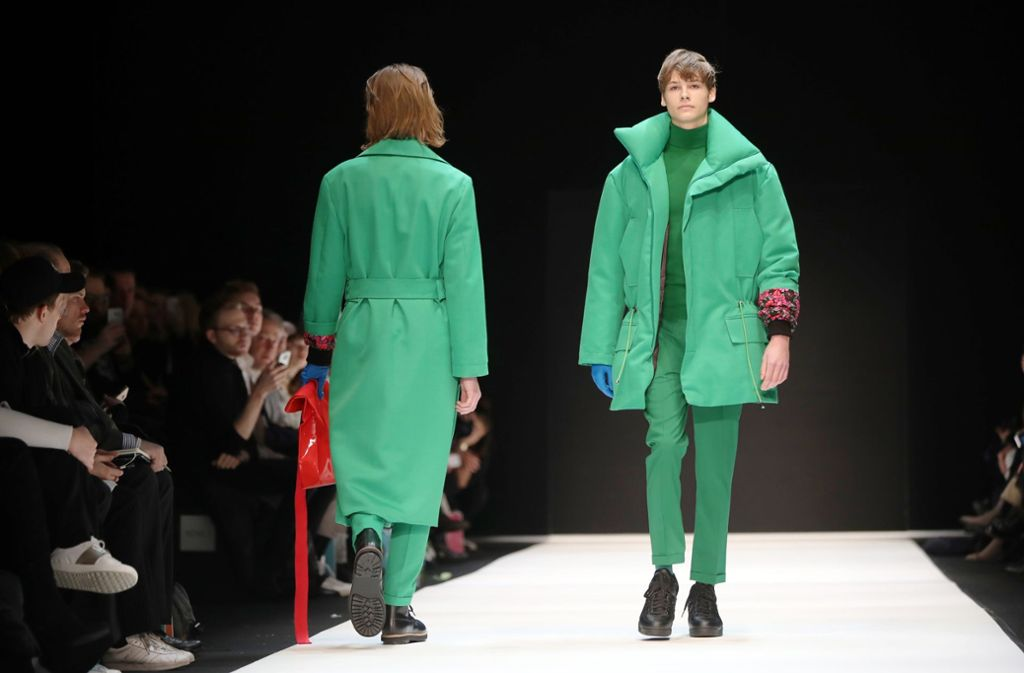 """""""Grün, grün, grün ist alles was ich trage..."""" – bei der Fashion Week in Berlin geht es farbenfroh zu. Foto: dpa"""