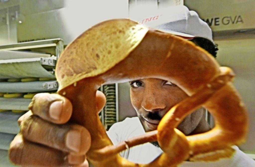 Die Wirtschaft bemüht sich um eine rasche Integration von Asylbewerbern. Der Flüchtling Ghebru Aregay aus Eritrea hat jüngst als Bäckerlehrling in Ulm angefangen. Foto: dpa