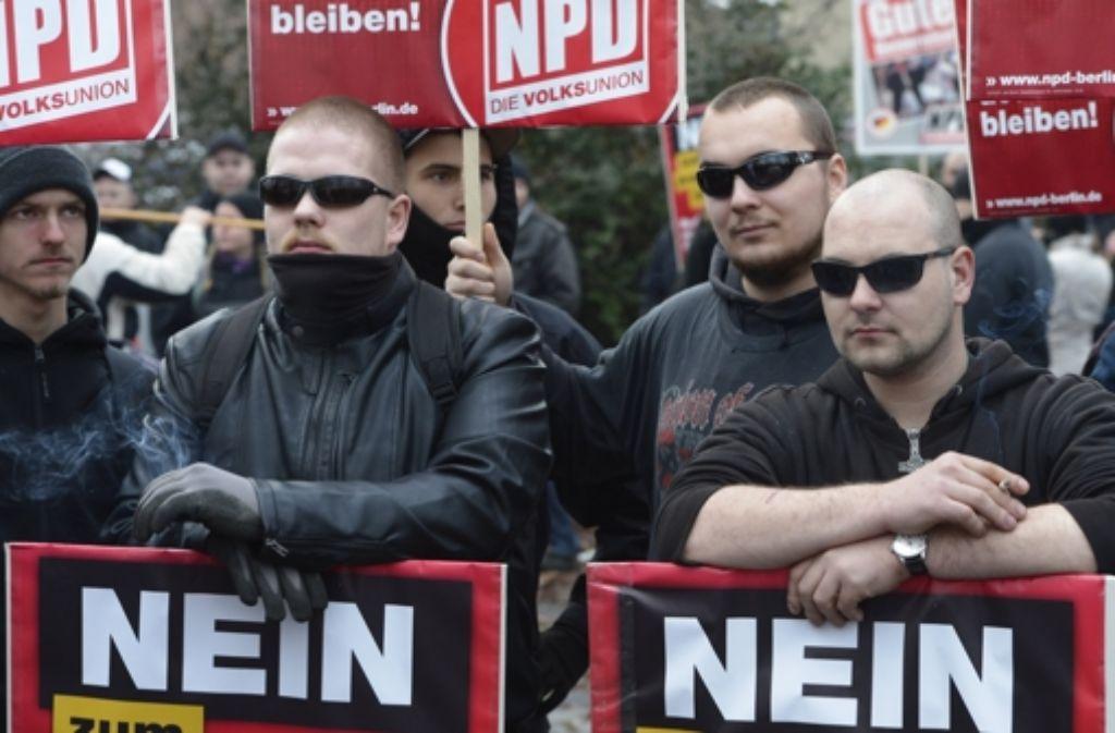 NPD-Demonstranten am Wochenende in Berlin:   wie die Rechtsextremisten am besten bekämpft werden können, darüber gehen die Meinungen auseinander. Foto: dapd