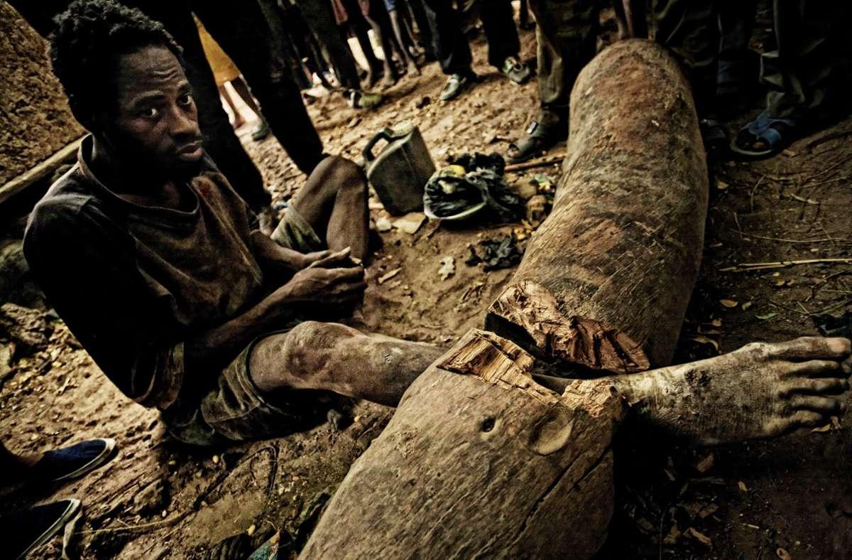 Benjamin wurde in seinem Dorf an einen Holzstamm fixiert mit einem Stück Eisen. Heute lebt er wieder bei seiner Familie.Foto: Heinz Heiss Foto: