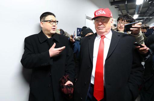 Doppelgänger von Trump und Kim Jong aus Stadion geworfen