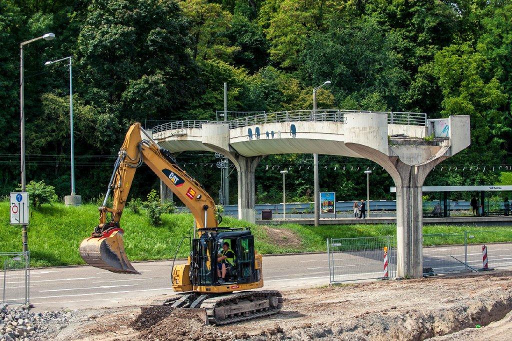 Der bei Wilhelma-Besuchern beliebte Übergang über die B10 - der sogenannte Elefantensteg - steht nur noch teilweise. Die Fußgängerbrücke muss dem neuen Rosensteintunnel weichen. Foto: www.7aktuell.de | Florian Gerlach